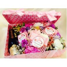 Подарочная коробка с цветами, сладостями и шампанским
