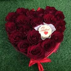 Сердце из роз с шоколадом ручной работы