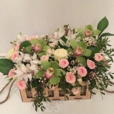 Композиция с зеленой орхидеей и кустовыми розами