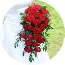 Каскадный букет из красных роз. Бутоньерка для жениха в подарок!
