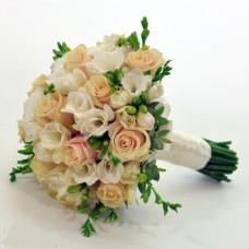 Букет с кремовыми розами. Бутоньерка для жениха идет в подарок!