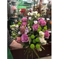 Каскадный букет с розами, эустомой и протеей