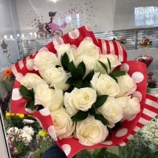 Букет белых роз с зеленью