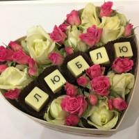 Сердце с цветами и шоколадными буквами