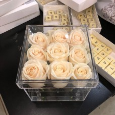 9 белых роз в прозрачной коробке