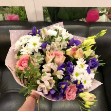 Весенний букет с ирисами и розами