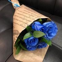 Букет из 5 синих роз в крафте