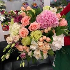 Большой букет с гортензией и розами