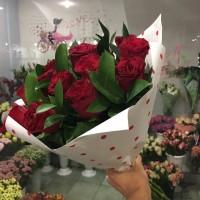 Букет красных роз с зеленью