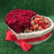 Большое сердце из роз и клубники XL