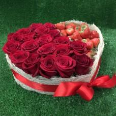 Большое сердце из роз и клубники