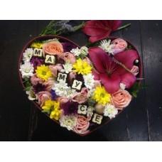 Композиция с лилией и шоколадом для любимых мам
