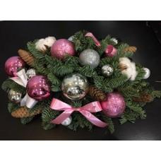 Новогодняя композиция с елкой и шариками