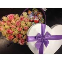 Коробка с цветами и киндерами