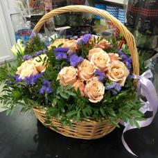 Корзина с кустовыми розами и статицей