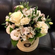 Шляпная коробка с цветами в нежных тонах