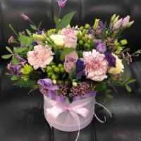 Шляпная коробка с цветами в сиреневом цвете
