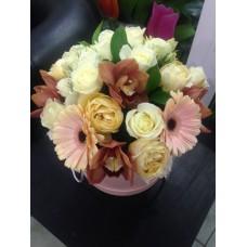 Шляпная коробка с орхидеей и пионовидными розами