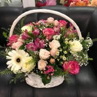 Воздушная летняя корзина с цветами