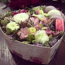 Нежная композиция с цветами и макарунами