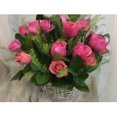 Корзина с розами и зеленью