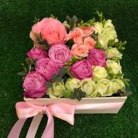 Милая композиция из роз в квадратной коробочке