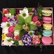Купить flowerbox с орхидеей и макарунами