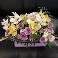 Гармоничная композиция в ящике с орхидеями и розами