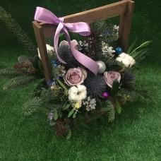 Новогодняя подарочная композиция с елкой, цветами и шариками