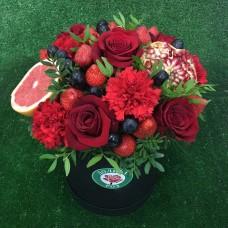 Подарочный набор с цветами и фруктами