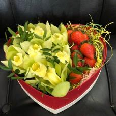 Сердце с орхидеей и клубникой
