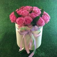 Шляпная коробка с 25 розами в ассортименте