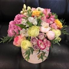Шляпная коробка с гортензией и экзотическими цветами
