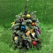 Новогодняя елка с цветными шариками