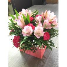 Композиция с цветами в коробочке