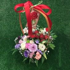Композиция в корзинке с цветами и клубникой