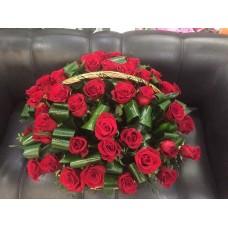 Траурная композиция с красными розами