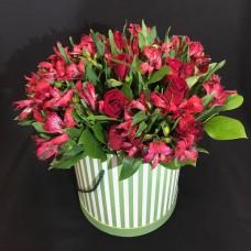 Шляпная коробка с красной альстромерией и розами