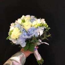 Нежный букет с голубой гортензией и фрезией