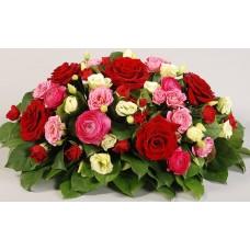 Яркая композиция с розами и ранункулюсами
