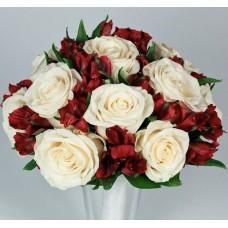 Букет невесты с белыми розами и красной альстромерией